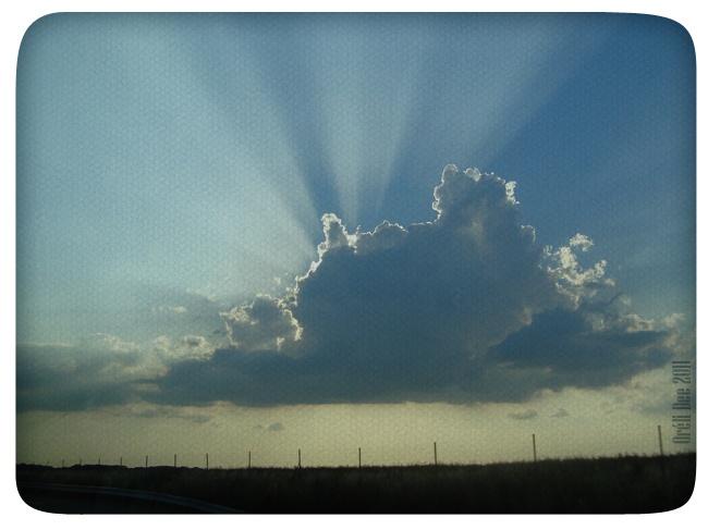 ciel nuageux illuminé rayons soleil
