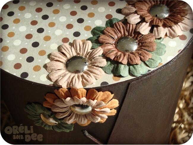 Boite à bijoux en bois, à pois et fleurs en papier, vue de détail