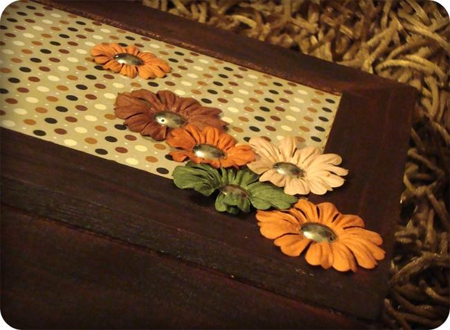 boite à bijoux / vue de détail / petits pois et fleurs en papier