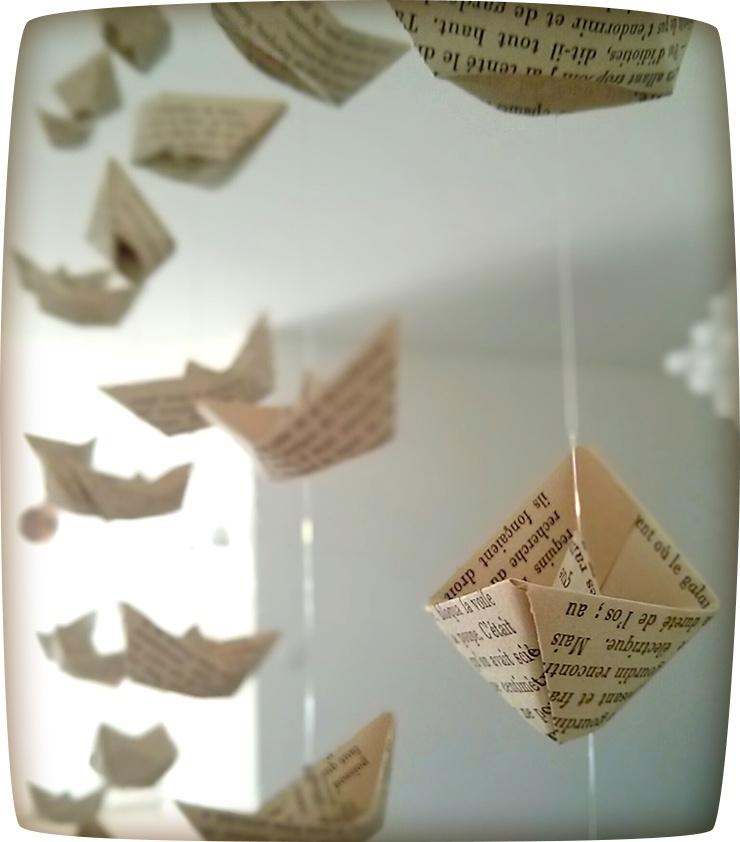 suspension de petits bateaux en papier